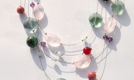 v predstavách, náhrdelník, fluorit, ruženín, rubín zoisit, ametyst, rodonit,