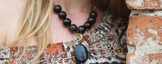 žena mimo času, náhrdelník, gagát