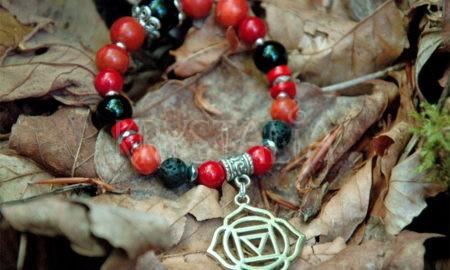čakrový nýramok, prvá čakra, Kamene: turmalín, láva, červený koral, hematit